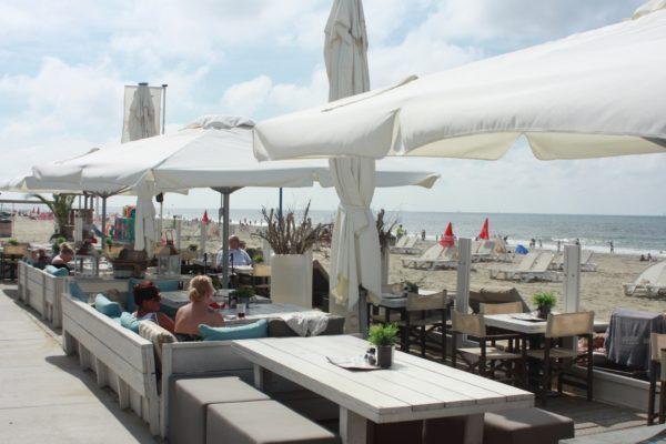 Terras op het strand met parasols