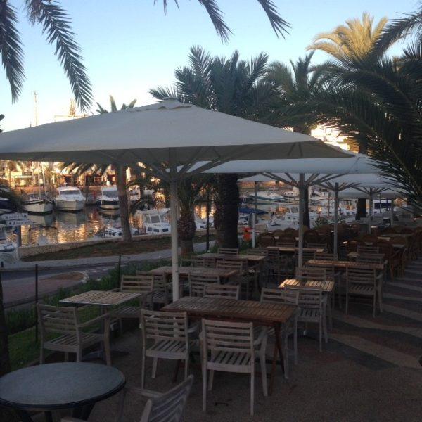 Terras met stoelen en parasols